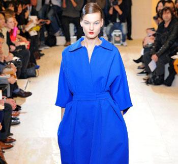 с чем носить синее пальто, с чем сочетать пальто синего цвета