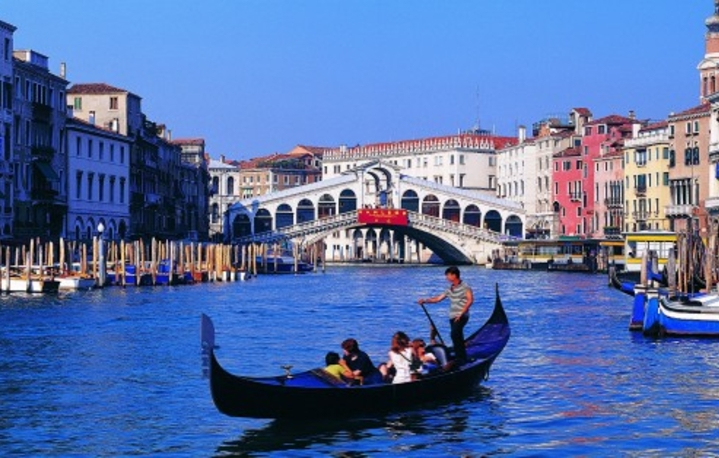 гондолы и Гранд-канал - достопримечательности Венеции