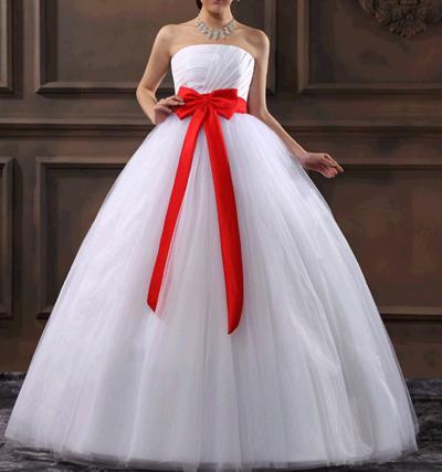белое свадебное платье с красным поясом, осенняя свадьба