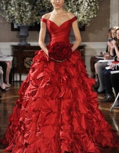 красное свадебное платье, свадебный букет, осенняя свадьба