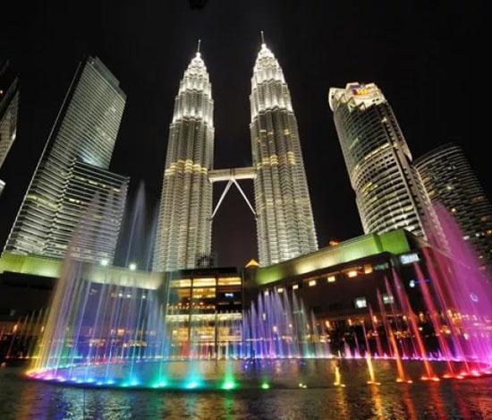 башни Petronas и фонтан в Куала-Лумпур