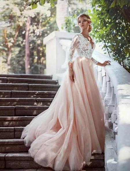 невеста в розовом свадебном платье