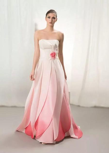 свадебное платье с подолом розового цвета