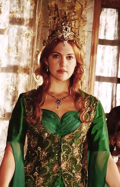 хюррем в зеленом платье и короне