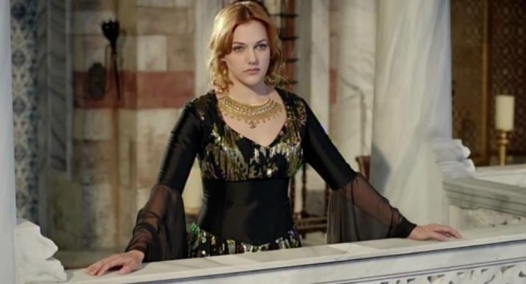 хюррем султан в черном с золотом платье