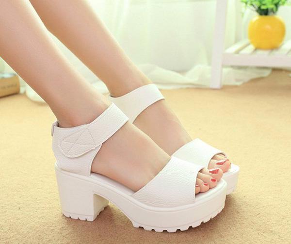 самая модная обувь лето 2018 - белые босоножки на массивной подошве