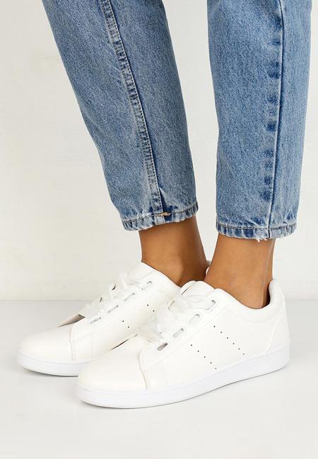 самая модная обувь лето 2018 - белые кеды и джинсы