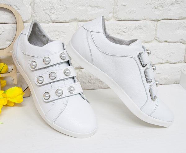 самая модная обувь лето 2018 - белые кеды с жемчугом