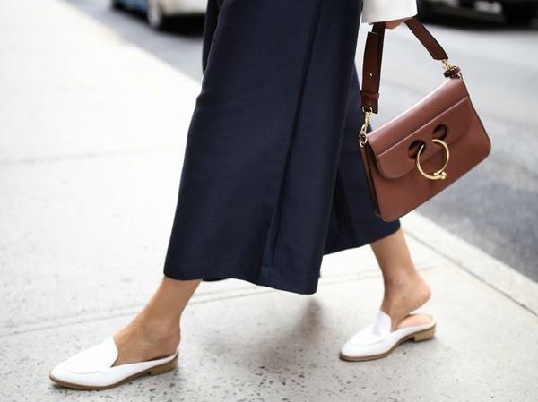 самая модная обувь лето 2018 - белые мюли и макси юбка