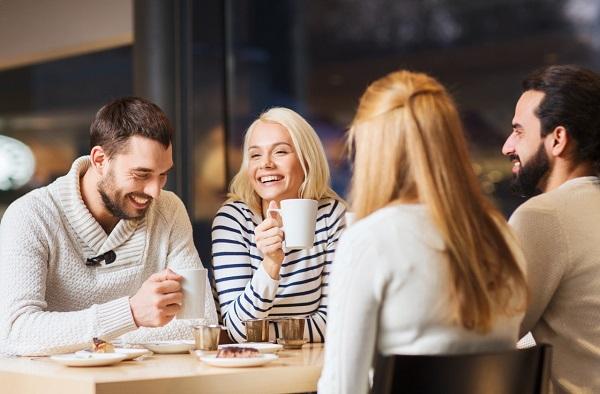 секреты языка тела - поиск второй половинки, компания в кафе