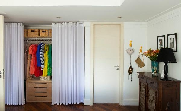 маленькая гардеробная с ширмой и занавеской