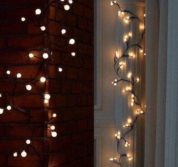 гирлянда на стене и шторах