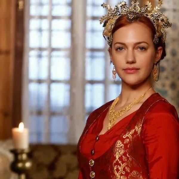 хюррем в короне из золтх листьев и красном платье