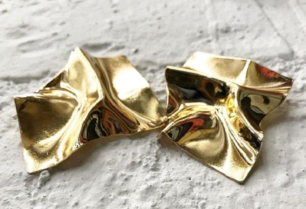 модные женские серьги 2019 из золотичтого мятого металла