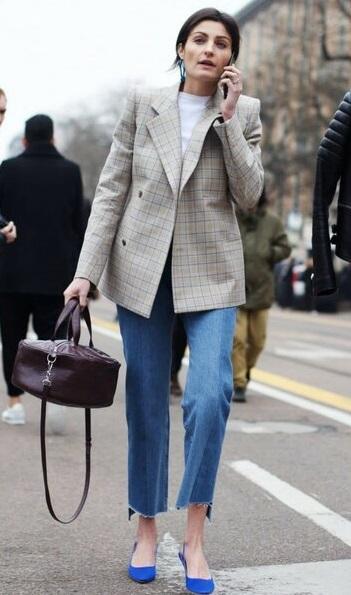 удлиненный жакет и джинсы