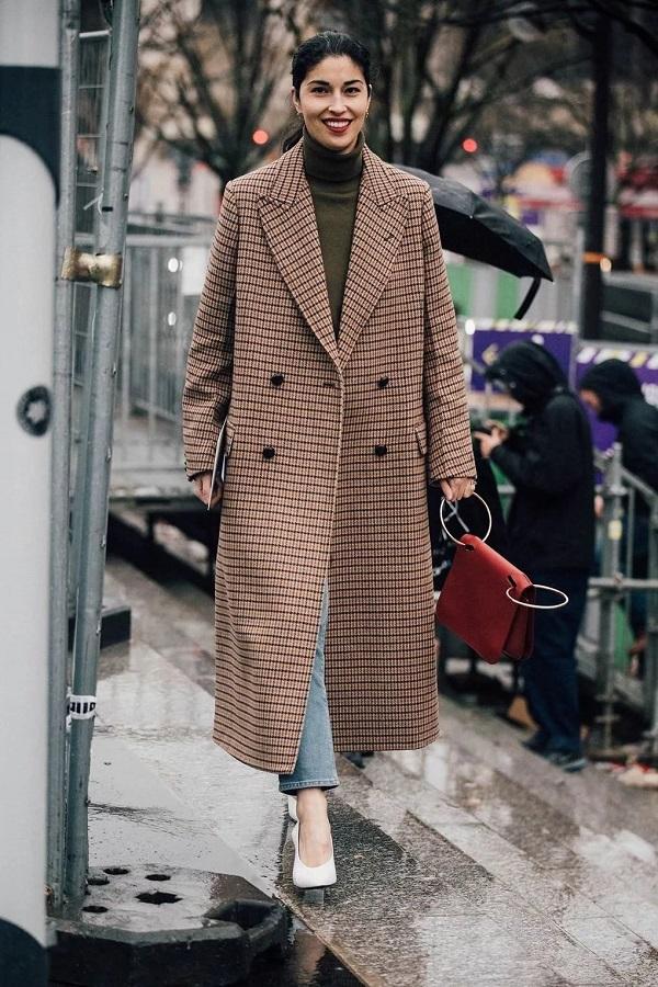 женское осеннее пальто в клетку бежевого цвета