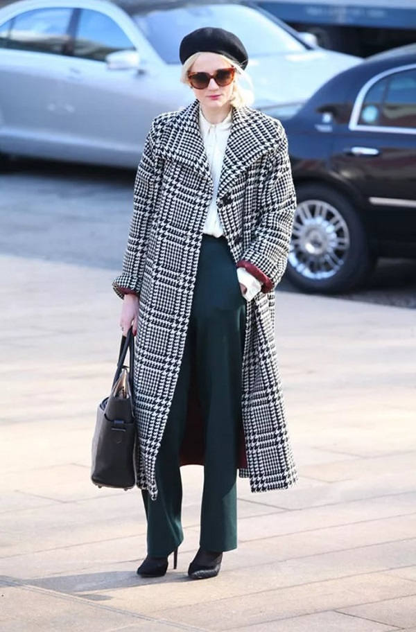 женское осеннее пальто в клетку серого цвета