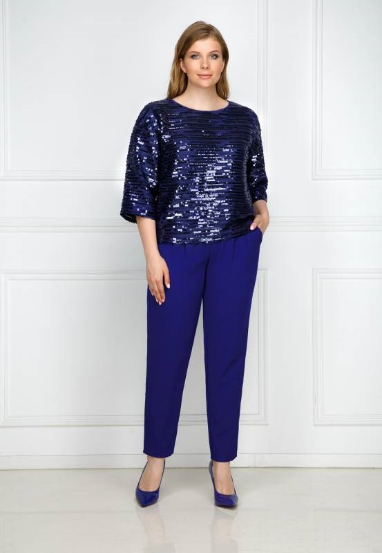 синяя блуза с пайетками и синие брюки на новогодний корпоратив 2020