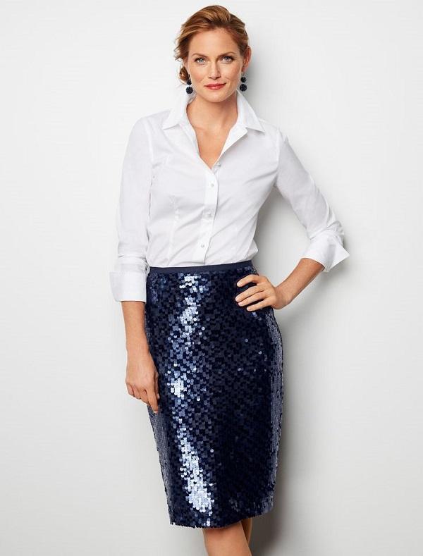 синяя юбка с пайетками и белая блузка - корпоратив на новый год 2020