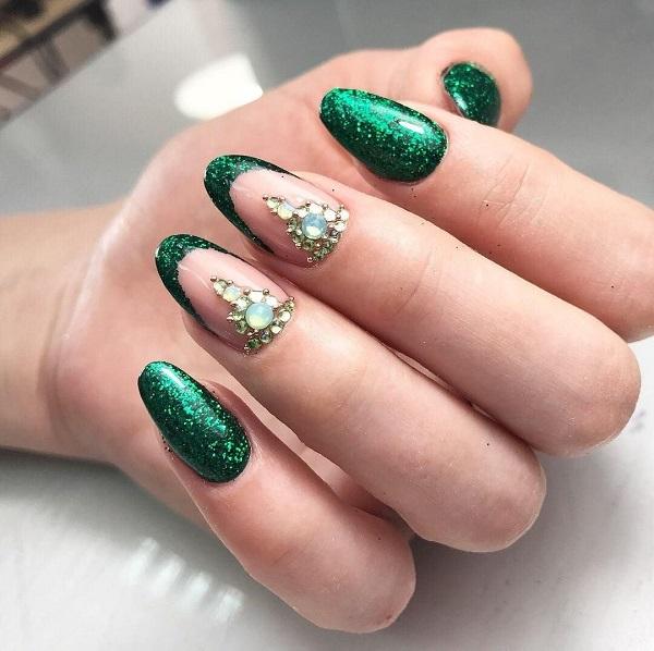 дизайн ногтей френч с зелеными блестками