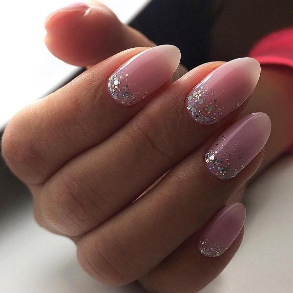 маникюр на розовых ногтях со стразами