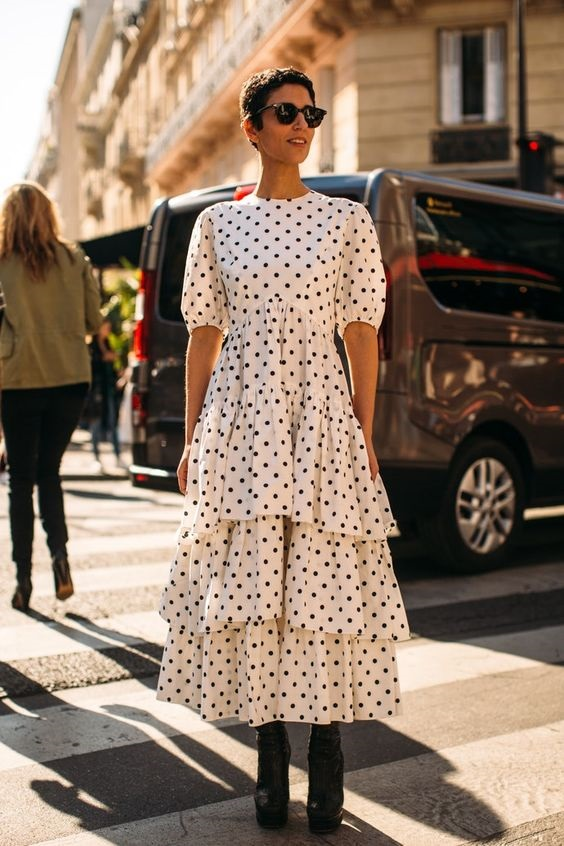бежевое платье в горох - мода весны 2020