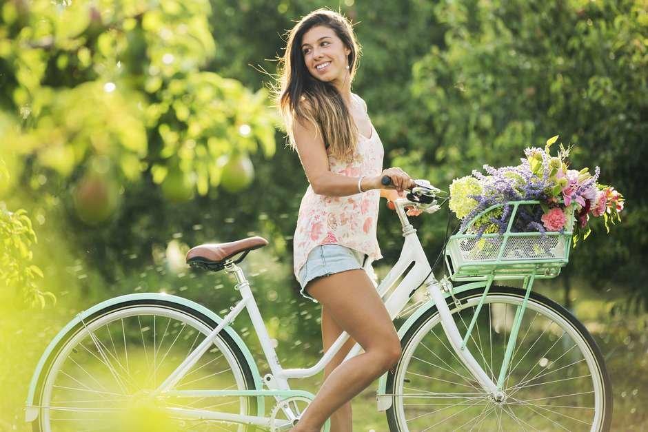 девушка с велосипедом-
