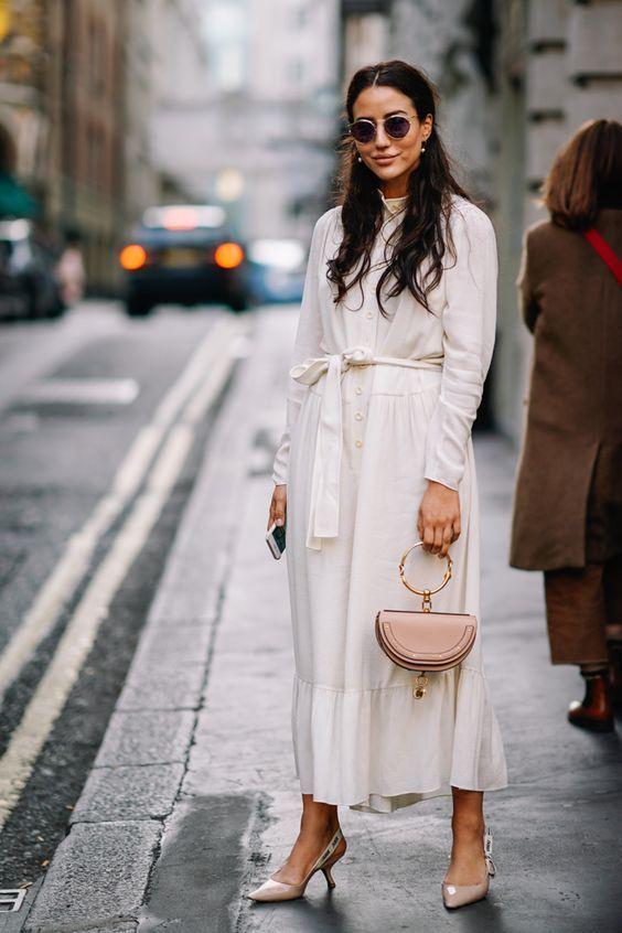 белое платье и бежевые туфли лодочки