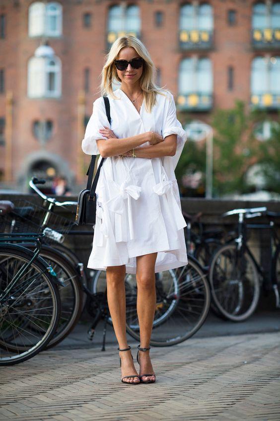 белое платье и босоножки на каблуках
