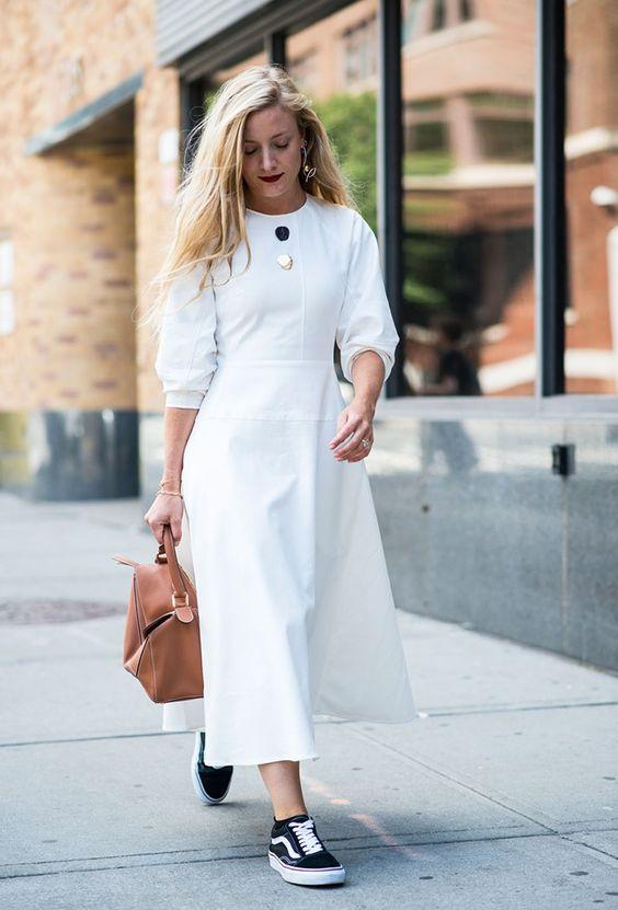 белое платье и кроссовки