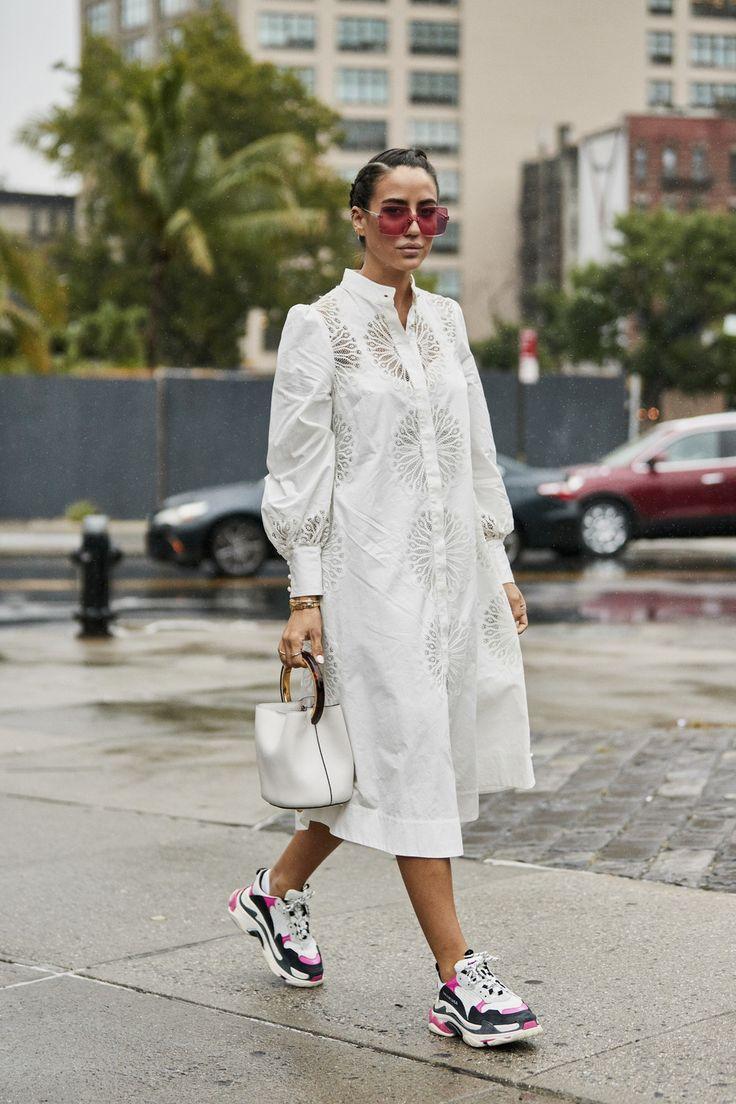 воздушное белое платье из кружева и кроссовки