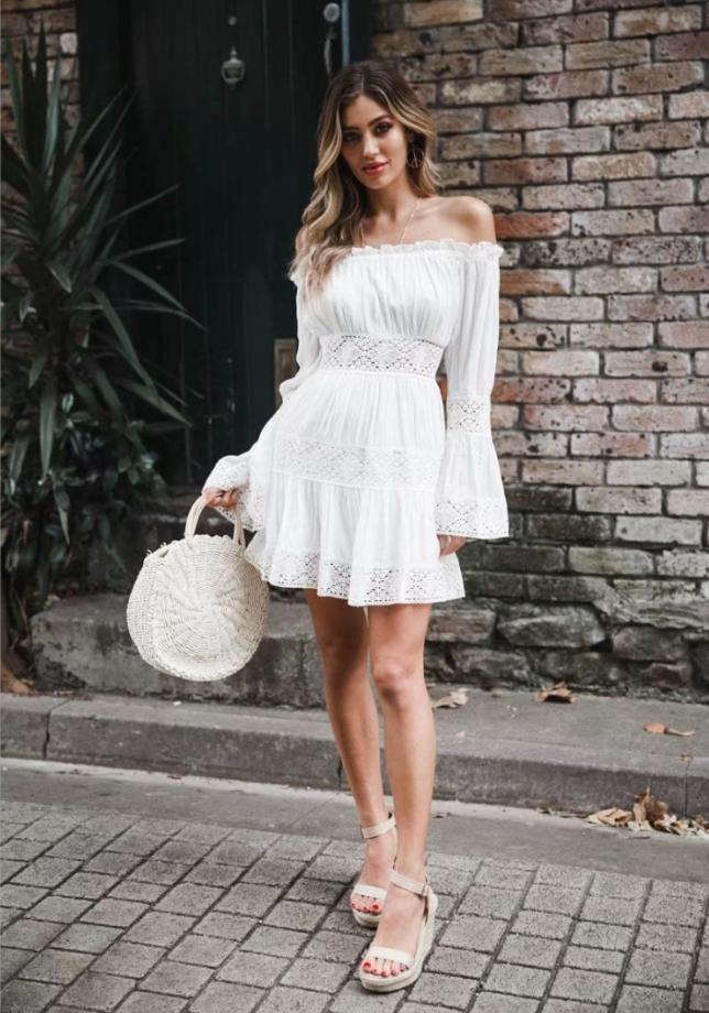 короткое белое платье и соломенная сумка