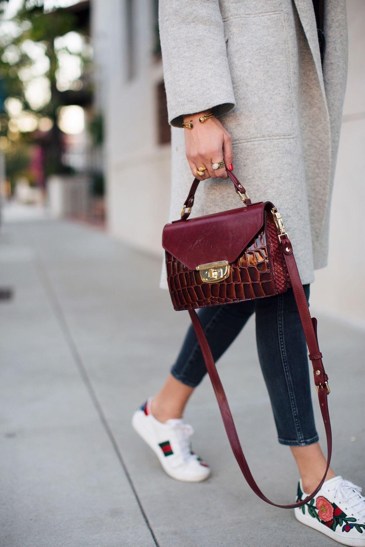 бордовая сумка строгой формы, модные сумки на осень 2020