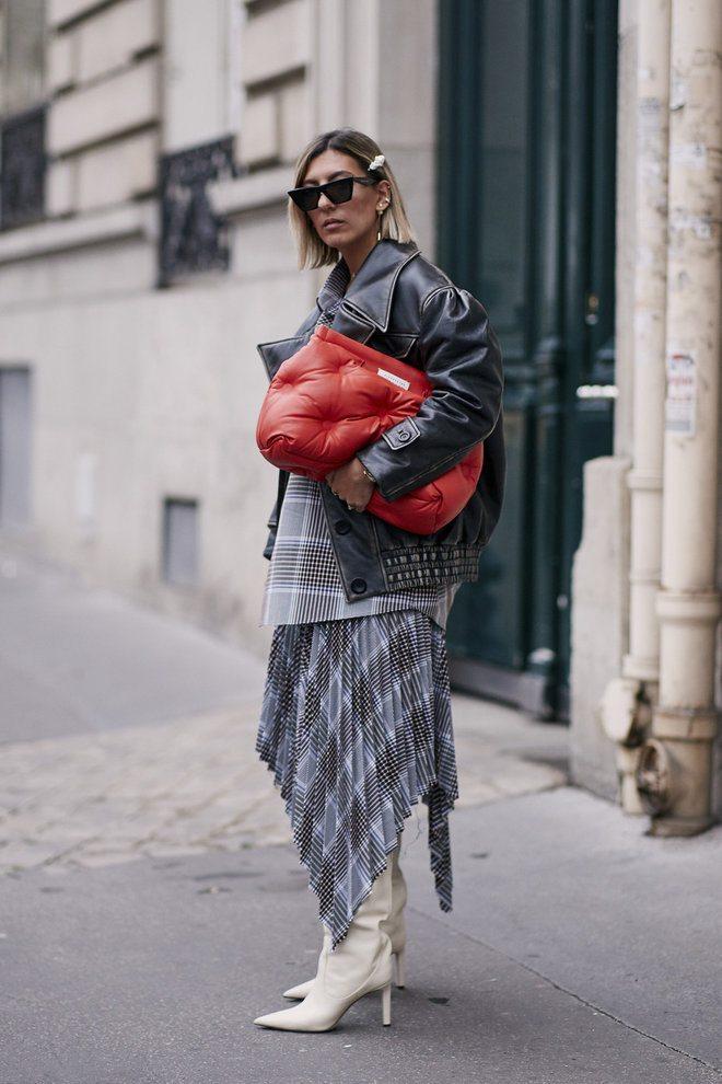 объемный красный стеганый клатч, модные сумки на осень 2020